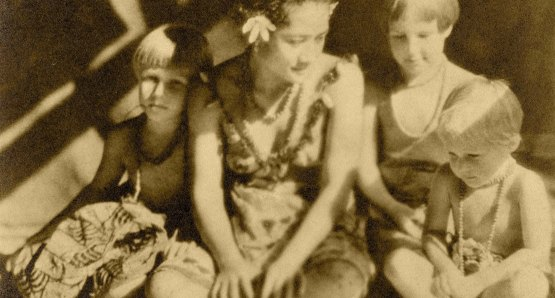 Taioa and Monica, Frances, and Barbara Flaherty, during the filming of MOANA WITH SOUND.